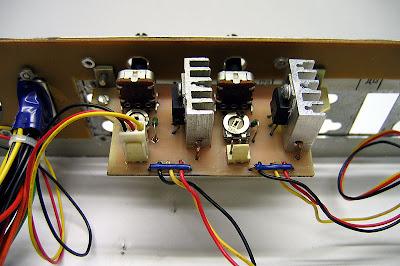 Внешний вид платы регуляторов оборотов. В качестве исходной схемы взята конструкция из статьи Продвинутый регулятор оборотов 2: схема на регулируемом стабилизаторе напряжения. В моём случае один регулятор регулирует обороты вентилятора процессора, а другой – обороты вентилятора жёсткого диска.