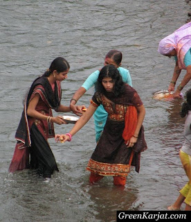 women conducting puja on the banks of Pench