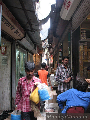 narrow lane at crawford market in mumbai