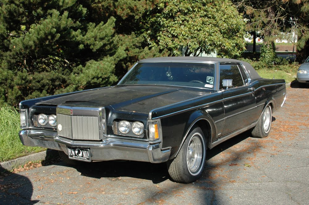 OLD PARKED CARS.: 1969 Lincoln Continental Mark III.