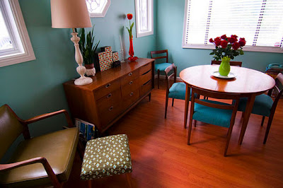 Teal Living Room Accessories on While Back I Came Across Erin S Teal And Red Living Room On