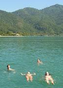 . pudimos navegar acompañados de delfines que saltaban y jugaban entre .