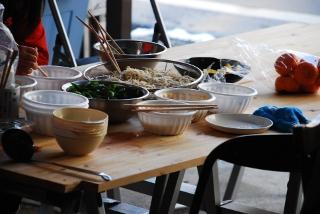 テーブルに並ぶトッピング具材の写真