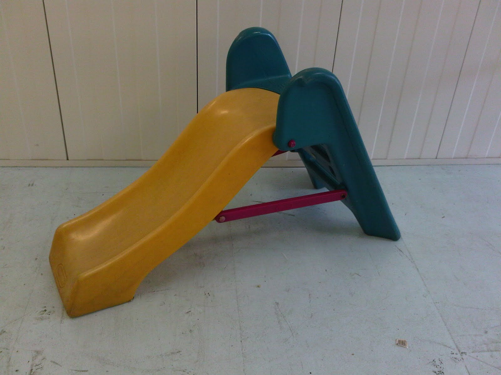 The Little Tikes junior slide is an ideal starter slide for your toddler. They will be eager to show you how well they can climb the stairs and whoosh down the slide!/5().