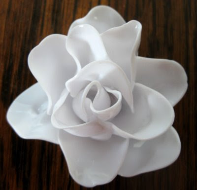Craft tutorials galore at crafter holic plastic spoon flower for Flowers made out of plastic spoons