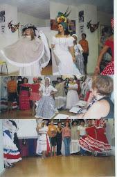 DESFILE DE MADRES LATINAS CON SUS TRAJES TIPICOS