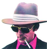 Un clásico: sombrero, gafas y Dunhill con boquilla