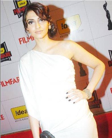 Sonam Kapoor 09 Filmfare Awards white chanel dress