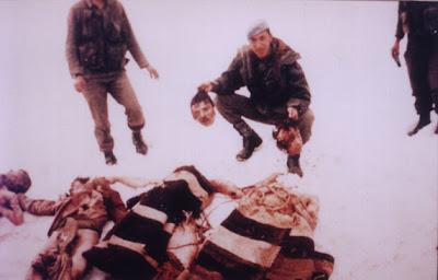 Bild 2: Leichenschändung des türkischen Militärs an Gefallenen der kurdischen Guerilla in den 90er Jahren.