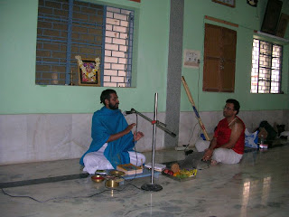 Shri Sukeshachar Jalihal delivering his pravachana on 'Advaita Kandhana'
