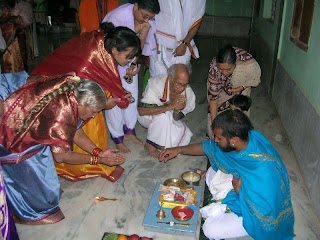 Shri Sukeshachar Jalihal giving away Mantraxathe after the upanyaasa