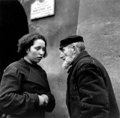 http://2.bp.blogspot.com/_N9mKVRipKF0/S5ldP-gfgPI/AAAAAAAABDE/RQWAPAPueko/s400/grandfather-and-granddaughter-lublin-1937.jpg