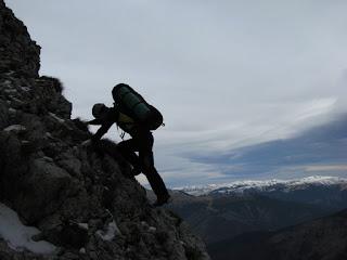 Un alpinist, un drum ce merge inainte