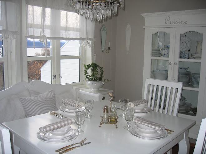 Kjøkkenbordet er dekket til lørdagskos