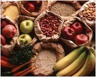 Sacos de papel que contienen frutas, verduras y cereales