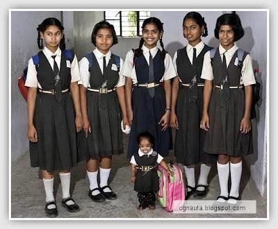 La niña más pequeña del mundo y sus compañeras de clase