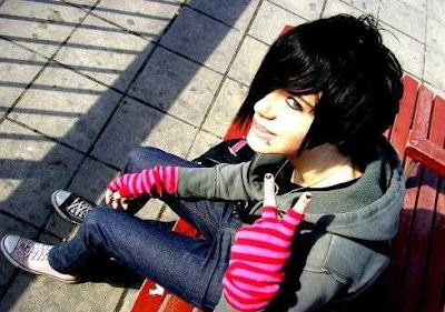 http://2.bp.blogspot.com/_NO2UOMMYKZ0/SHStzK2bgUI/AAAAAAAAAbA/L3TFcH4Q5UA/s400/True+Emo+Fashion+and+Hair.jpg