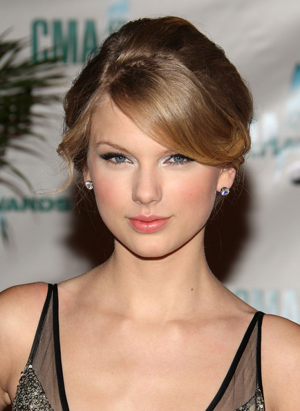 Taylor Swift Hairstyles and Makeup Looks