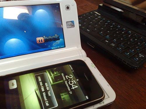 iPhone ve Spiga (UMID M1). Arkada: Fujitsu U820.