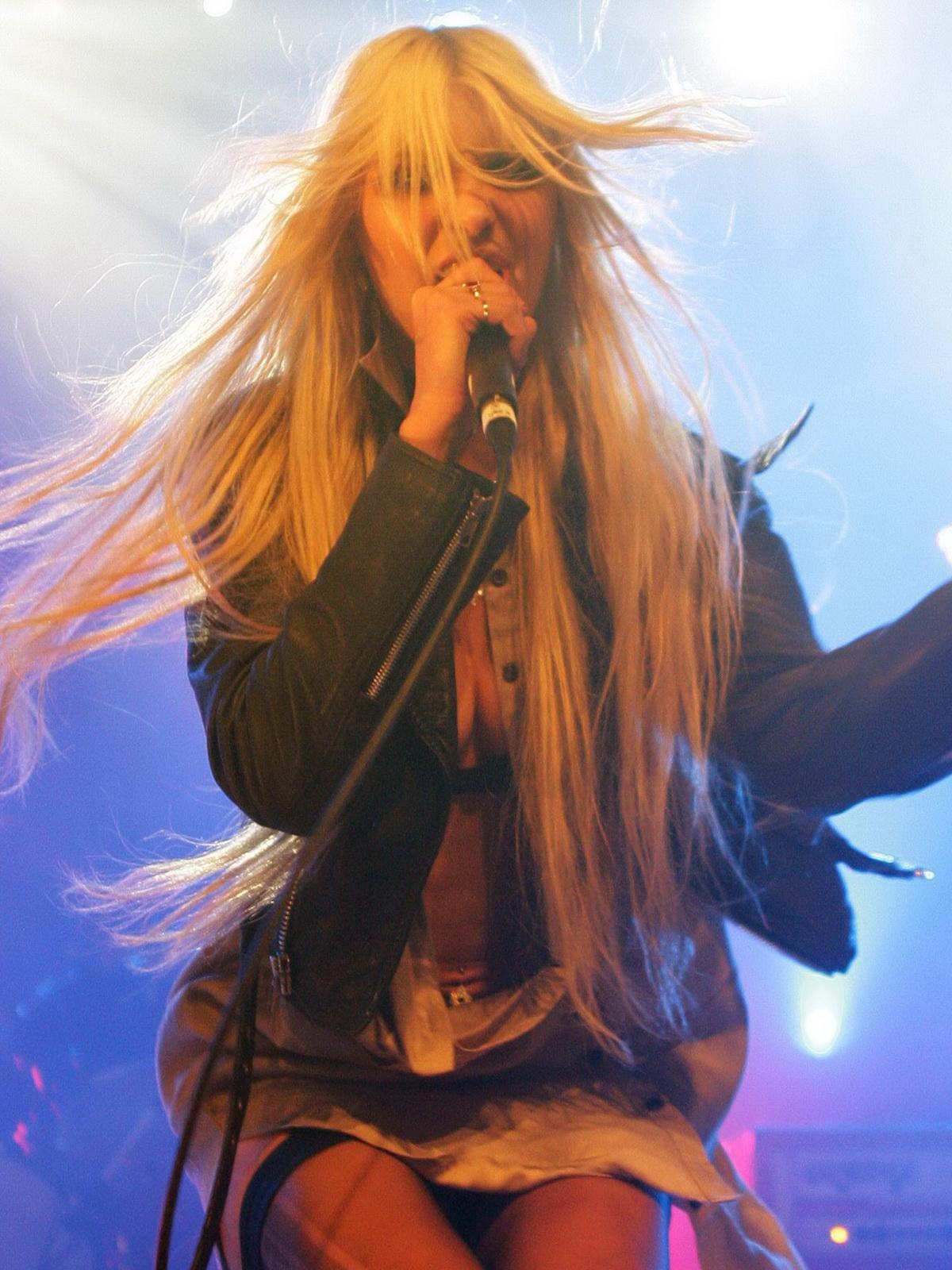 http://2.bp.blogspot.com/_NRGPIrDtEg8/TQsw9DHKZiI/AAAAAAAAAbY/JxaNqVMuiF0/s1600/Taylor_Momsen_cleavage_7.jpg