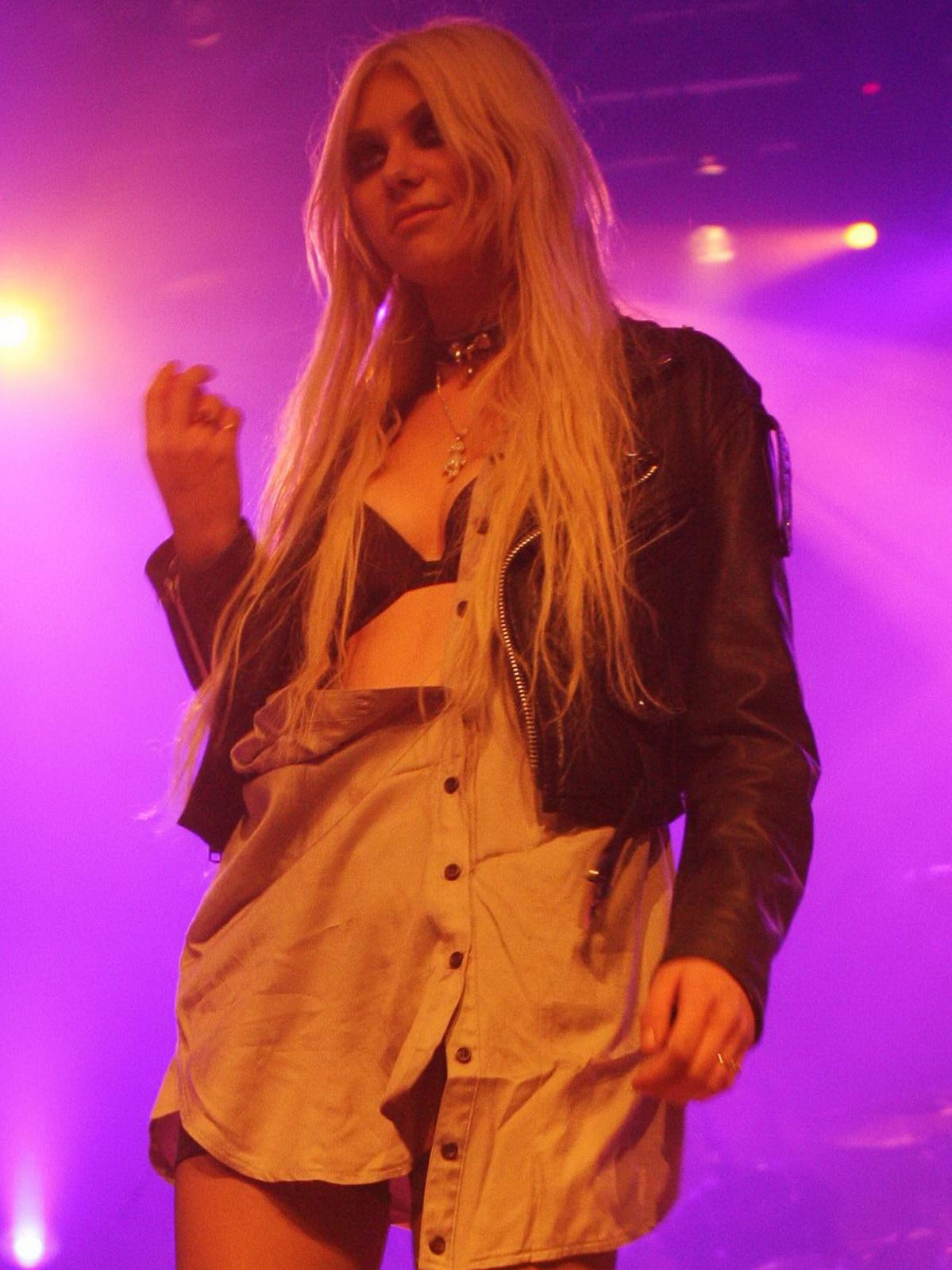 http://2.bp.blogspot.com/_NRGPIrDtEg8/TQswhACRwwI/AAAAAAAAAbQ/6hahz_2Alx8/s1600/Taylor_Momsen_cleavage_5.jpg