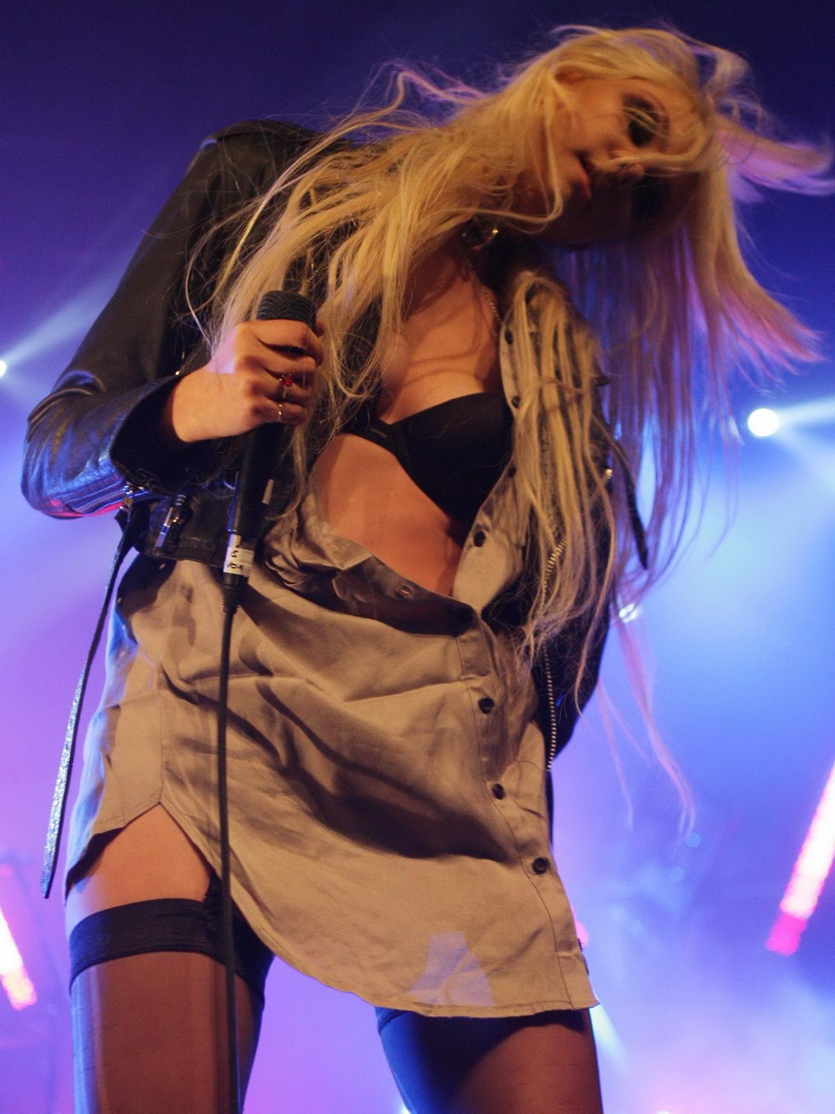 http://2.bp.blogspot.com/_NRGPIrDtEg8/TQswvcEzSXI/AAAAAAAAAbU/XXogHahkEnw/s1600/Taylor_Momsen_cleavage_6.jpg