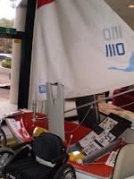 帆を張った状態のアクセスディンギーを展示