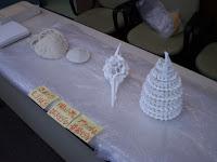 有孔虫の骨格標本。塔のようなものも