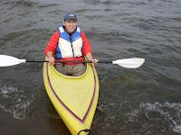 幅広の安定性の高い一人乗りカヌーに乗るOさん