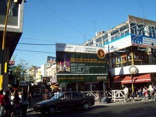 Cartel que indica el comienzo de obra de la nueva peatonal Belgrano