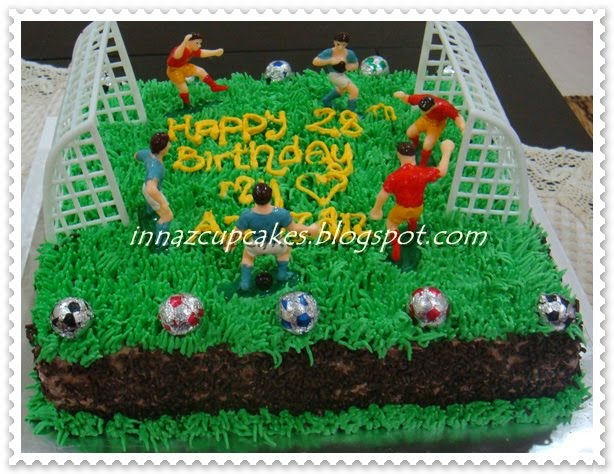 Football Themed Cakes http://innazcupcakes.blogspot.com/2011/02/football-theme-cake.html