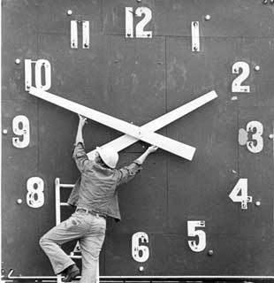 http://2.bp.blogspot.com/_NaFSJ7w4m3s/SdQgLtR1m3I/AAAAAAAAANc/yaNcAY3Elbo/s400/daylight-savings-time.jpg