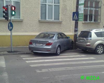 bmw parcat pe trecerea pentru pietoni