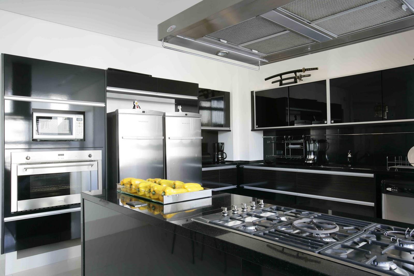 Cozinha outro ângulo que mostra os fornos embutidos . #8C803F 1600x1067 Bancada Banheiro Teca