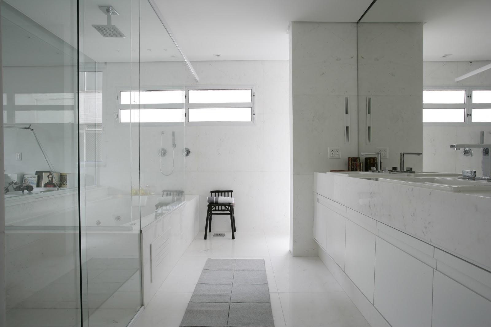 Imagens de #343731 Vejam que o espelho vence o vão entre o gabinete e o teto e se  1600x1067 px 2340 Box De Vidro Para Banheiro Até O Teto