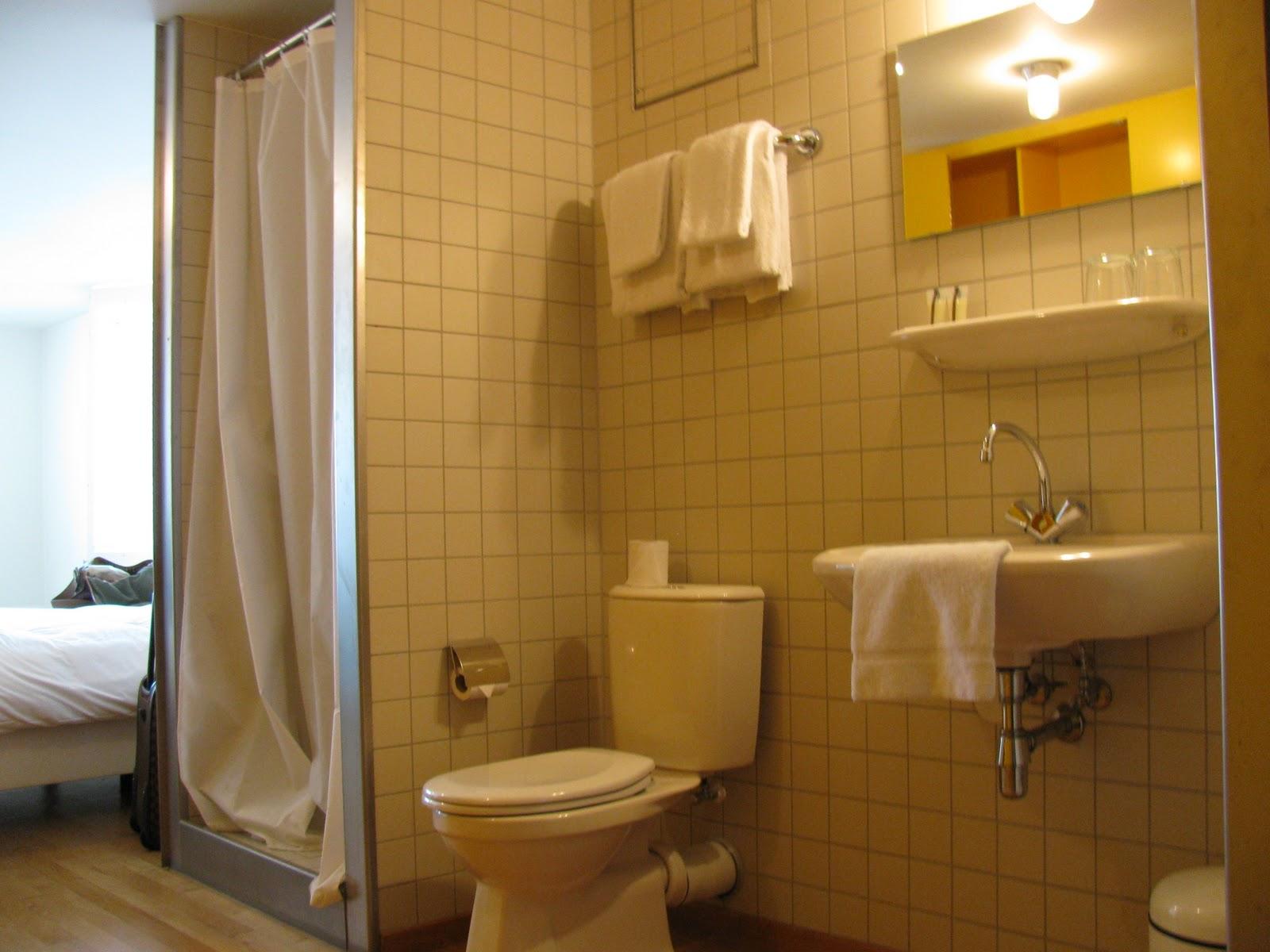 no revestimento do banheiro. Azulejo 10x10 branco armário amarelo  #BC920F 1600x1200 Amarelo No Banheiro
