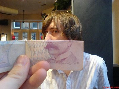 Illusion created using banknotes (11) 2