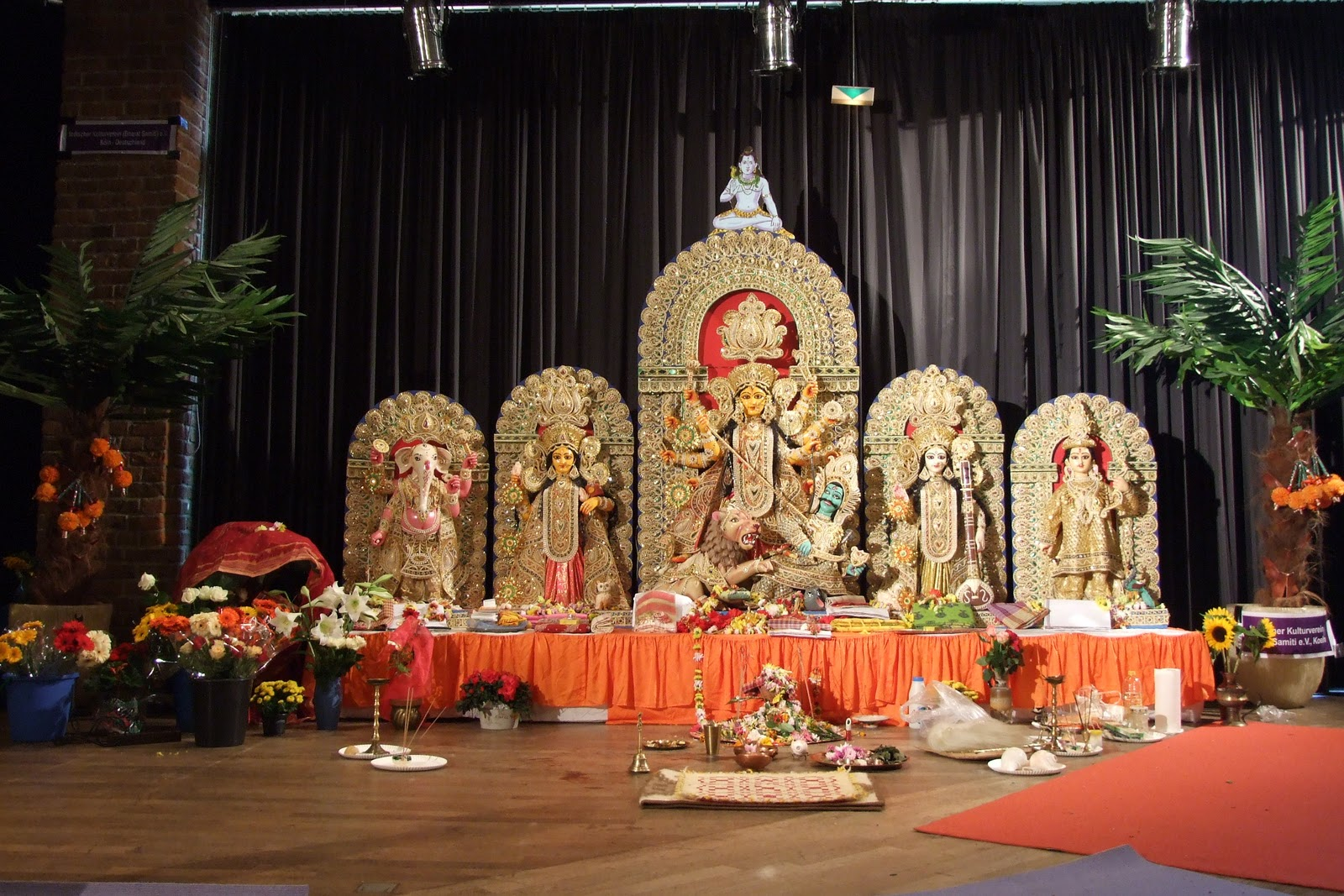http://2.bp.blogspot.com/_Nuta_CQvImI/TM-7sEoRI1I/AAAAAAAADwE/wTEziiffR9U/s1600/Durga-puja-2009-1-Cologne-Germany-Ganesha-Lakshmi-Durga-Saraswati-Kartikeya.JPG