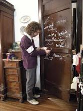 Firmando la puerta en ala Casa de A.Alisio.