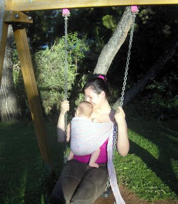 Σωστή απόσταση του μωρού στο μάρσιπο από το σώμα του γονιού για άνεση και ασφάλεια