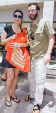 ο Θανάσης Ευθυµιάδης και η Άννα Ντιµιτρίεβιτς βγαίνουν απ' το μαιευτήριο με το μωράκι τους σε ένα Αστεράκι sling!