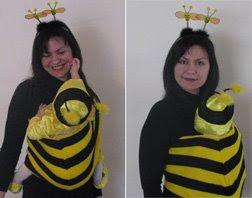 Η Ρέα, 15 μηνών, φοράει τη στολή της και είναι σε μάρσιπο αγκαλιάς - μελισσούλα!