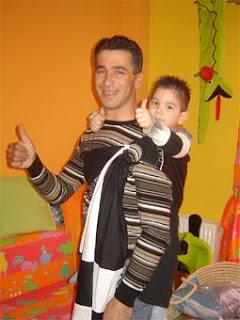 Ο Φίλιππος και ο Διομήδης, φίλαθλοι από τη Θεσσαλονίκη, υποστηρίζουν μαζί την ομάδα τους! Πολύ το χάρηκα αυτό το sling!