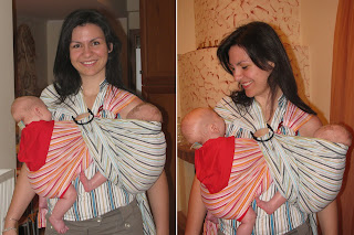 Δίδυμα μωρά κοιμούνται μαζί σε μάρσιππους αγκαλιάς