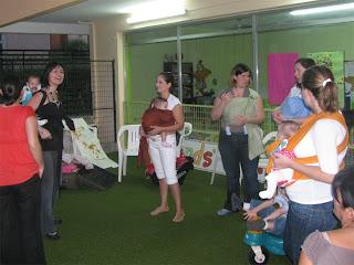 Μωράκια σε μάρσιπους αγκαλιάς στη συνάντηση babywearing του Σεπτεμβρίου
