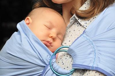 Νεογέννητο μωράκι σε μάρσιπο αγκαλιάς!