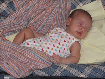 Μωράκι που αποκοιμήθηκε στο sling και συνεχίζει τον ύπνο του χωρίς να ξυπνήσει χάρη στη μυρωδιά της μαμάς στο μάρσιπο!