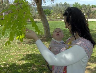 Η βόλτα με το μωρό στο μάρσιπο του προσφέρει τόσα πολλά ερεθίσματα!
