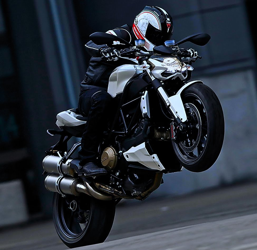 [90ducati-streetfighter-action-shots-4.jpg]