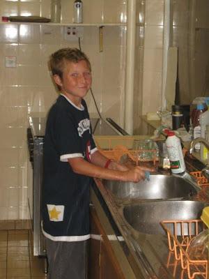 Данила моет посуду